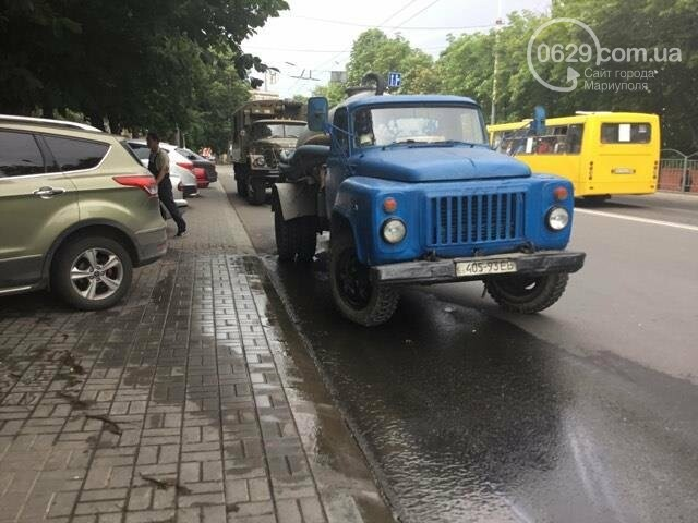 В Мариуполе питьевая вода заливала проспект Металлургов (ФОТО), фото-1
