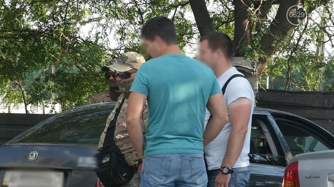 Спецоперация? Люди в масках и камуфляже в Мариуполе эвакуировали микроавтобус (ФОТО), фото-2