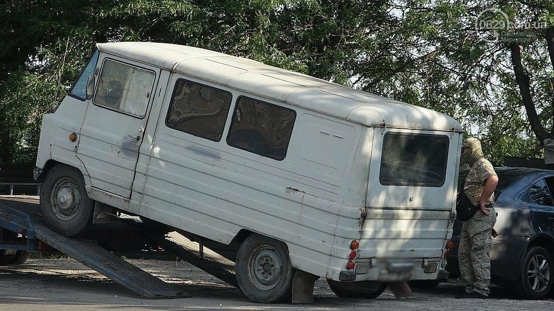 Спецоперация? Люди в масках и камуфляже в Мариуполе эвакуировали микроавтобус (ФОТО), фото-4