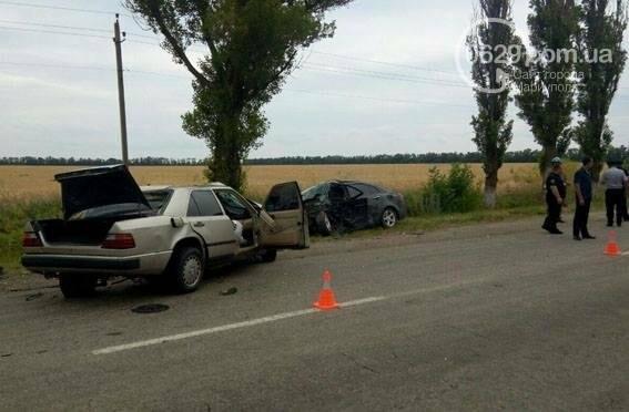 В страшной аварии под Мариуполем погибло два человека. Один в тяжелом состоянии (ФОТО), фото-1