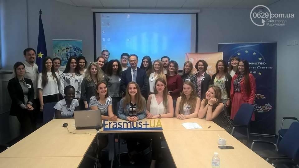 Группа студентов из Украины, которые отправятся на учебу этой осенью