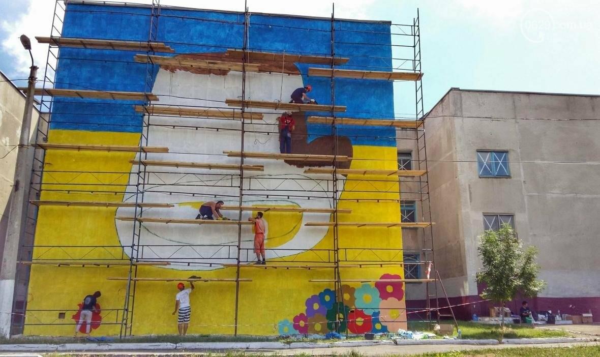 Японский художник рисует «Рукавичку» на стене мариупольской школы (ФОТО), фото-5
