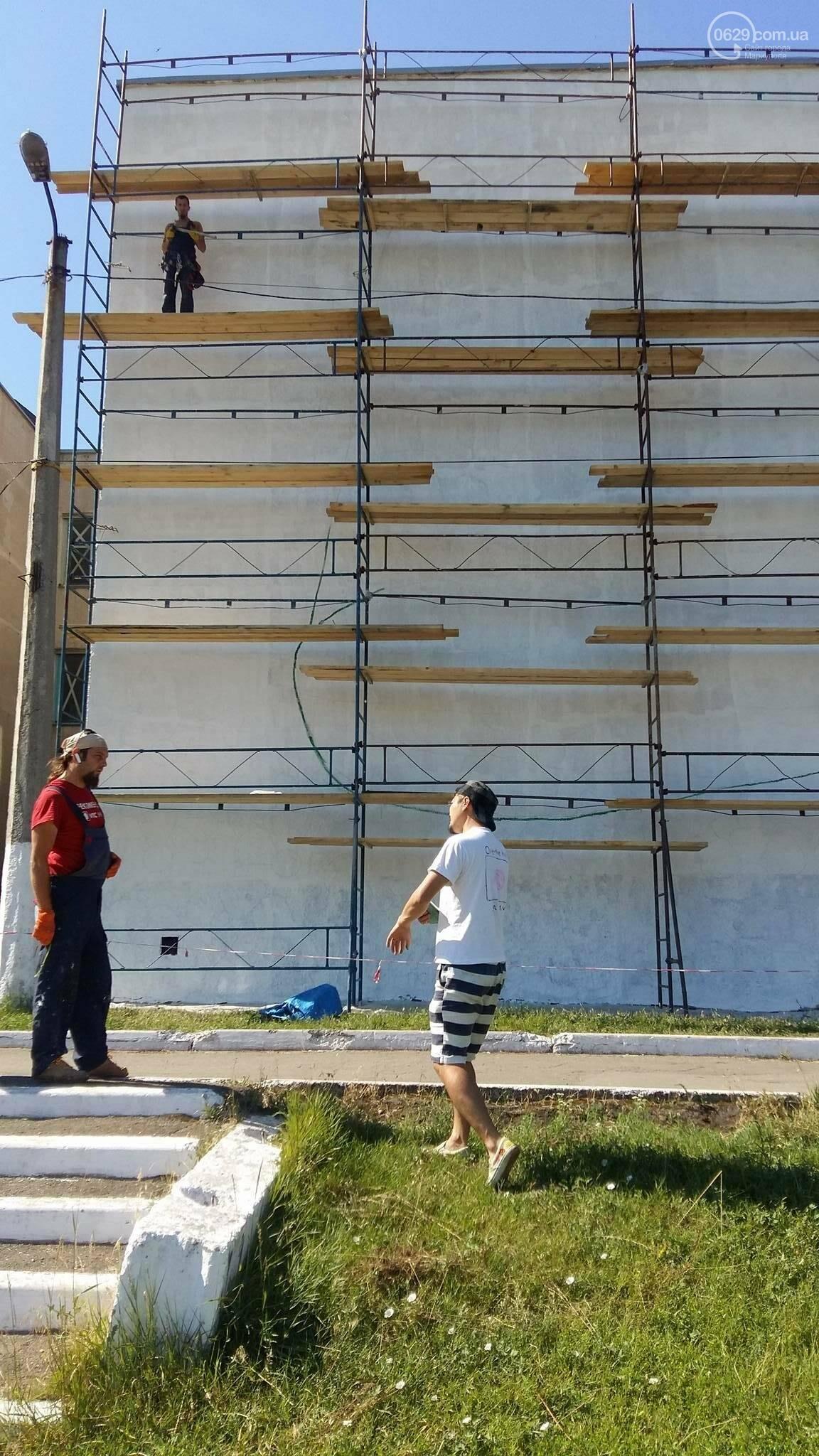 Японский художник рисует «Рукавичку» на стене мариупольской школы (ФОТО), фото-4
