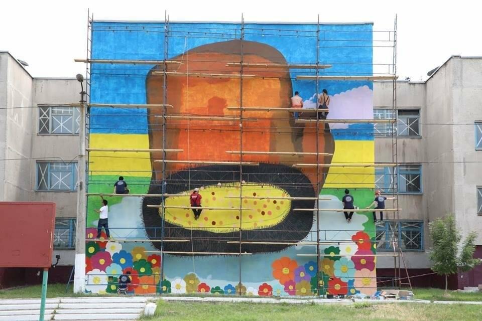 Японский художник рисует «Рукавичку» на стене мариупольской школы (ФОТО), фото-6