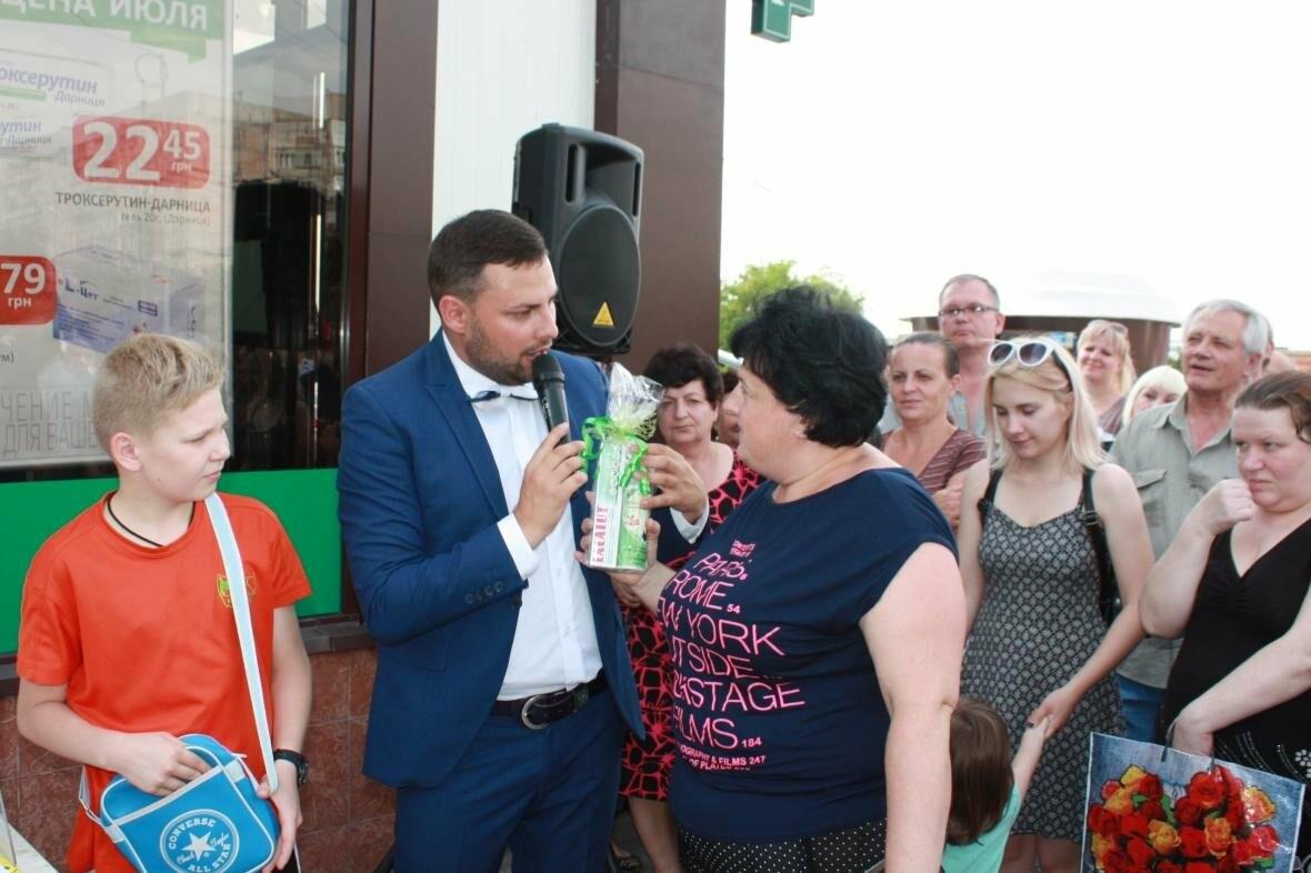 """1000 гривен от """"Азовфарм"""": в новой аптеке прошел розыгрыш призов, фото-24"""