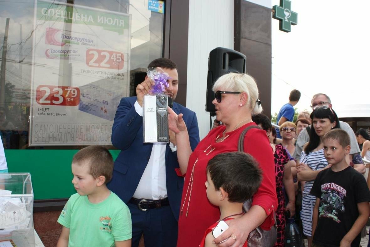 """1000 гривен от """"Азовфарм"""": в новой аптеке прошел розыгрыш призов, фото-8"""