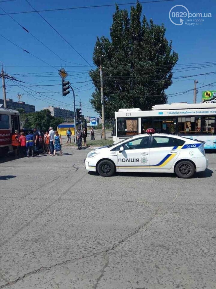 В Мариуполе автомобиль не разъехался с трамваем (ФОТО), фото-1
