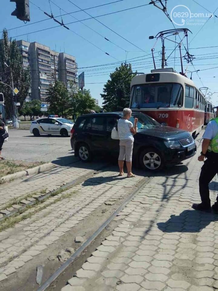 В Мариуполе автомобиль не разъехался с трамваем (ФОТО), фото-2