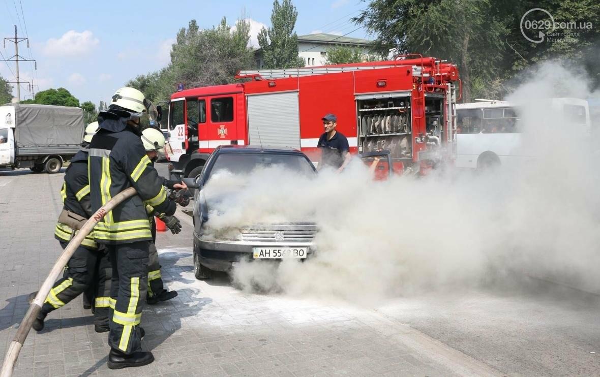 В Мариуполе напротив пожарной части загорелся автомобиль (ФОТО), фото-1