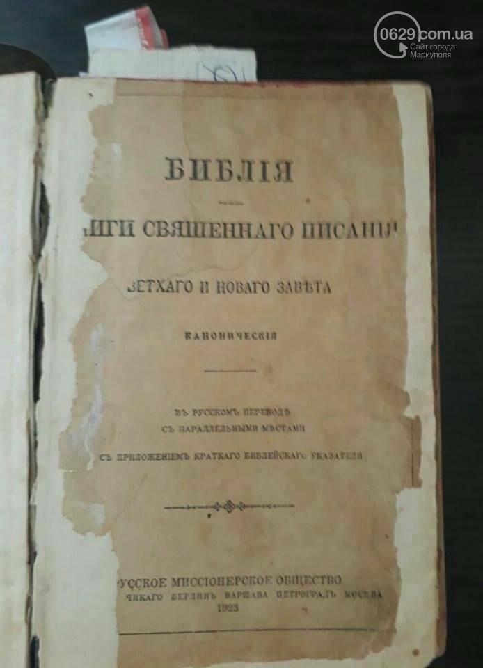 """Под Мариуполем мужчина пытался вывезти в """"ДНР"""" старинную Библию, фото-2"""