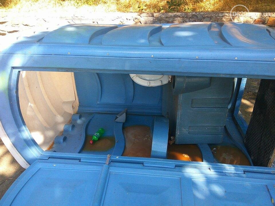 В Мариуполе вандалы валят на землю биотуалеты (ФОТО), фото-1