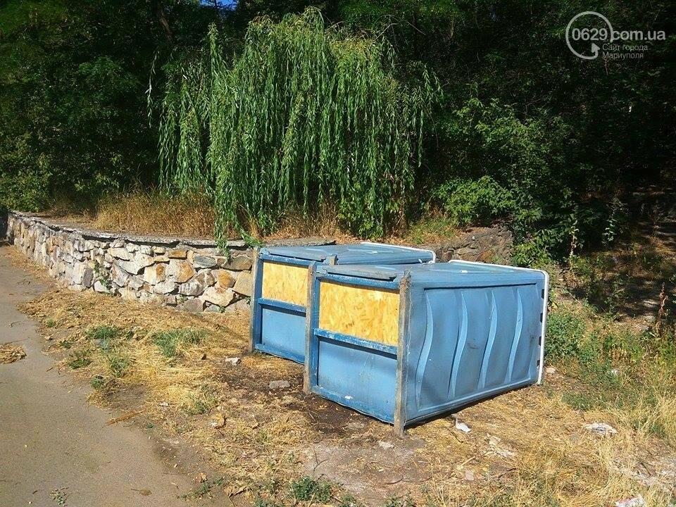 В Мариуполе вандалы валят на землю биотуалеты (ФОТО), фото-5