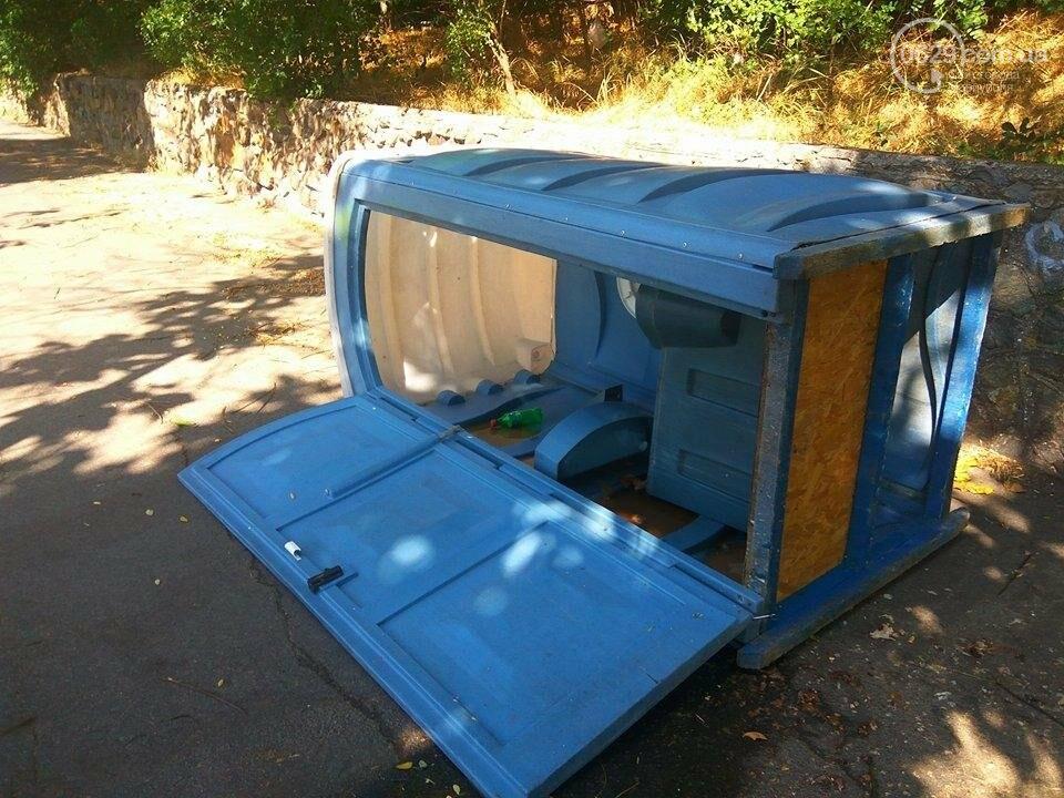 В Мариуполе вандалы валят на землю биотуалеты (ФОТО), фото-3