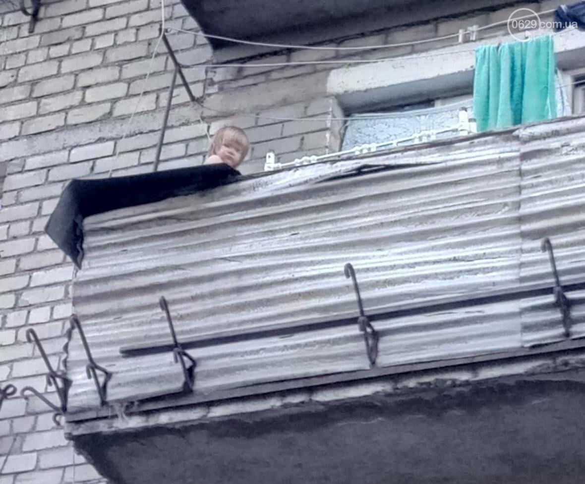 В Мариуполе спасли двухлетнюю девочку, застрявшую на балконе (ФОТО), фото-1