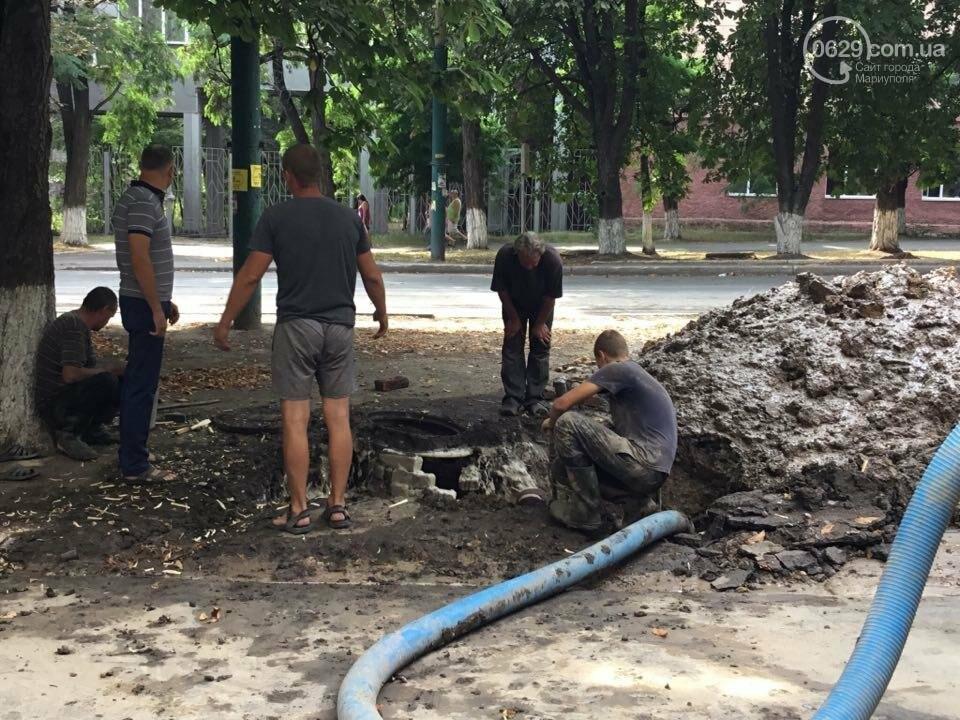 В Мариуполе канализационные стоки затопили пр. Металлуров (ФОТО+ВИДЕО), фото-1