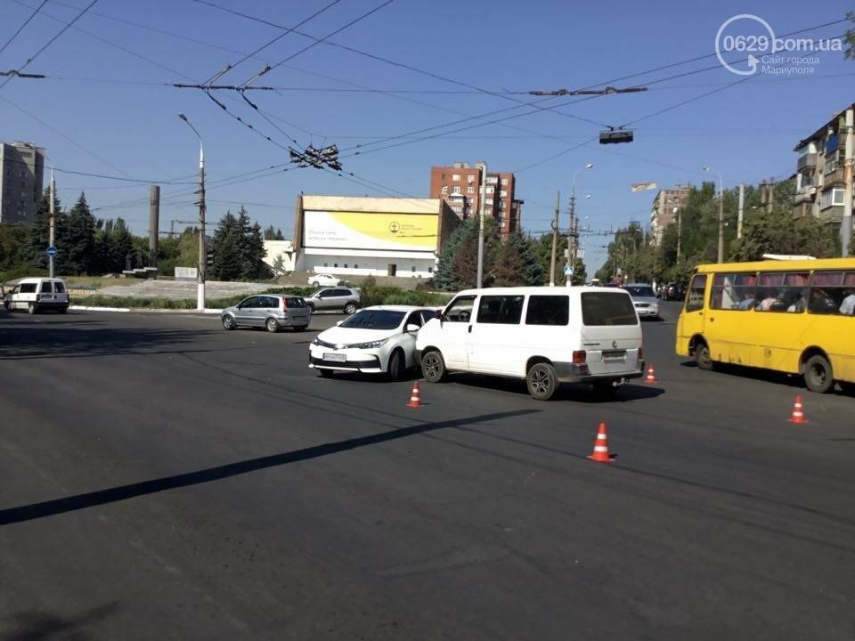 """В Мариуполе """"Тойота"""" столкнулась с микроавтобусом. Есть пострадавший (ФОТО+ВИДЕО), фото-1"""
