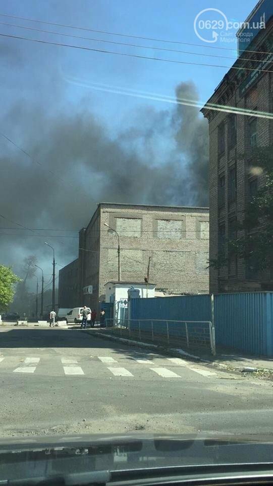 Черный дым в Мариуполе: горит склад по производству пенопласта (ФОТО), фото-7