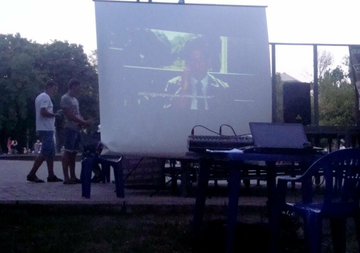 Мариупольцы смотрели кино на английском под открытым небом, фото-4