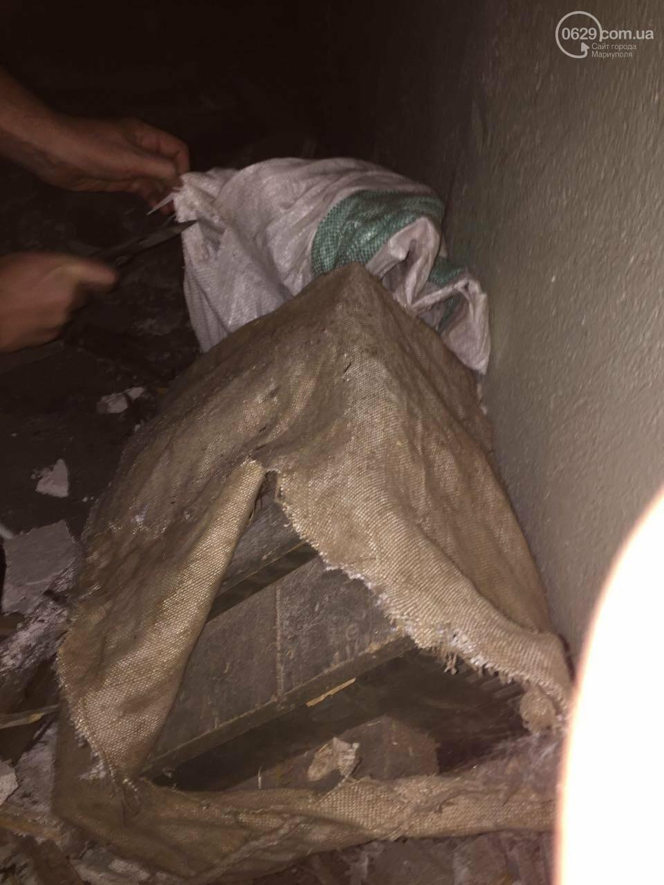 В разрушенной больнице под Мариуполем обнаружен ящик с тротилом и гранатами (ФОТО), фото-3