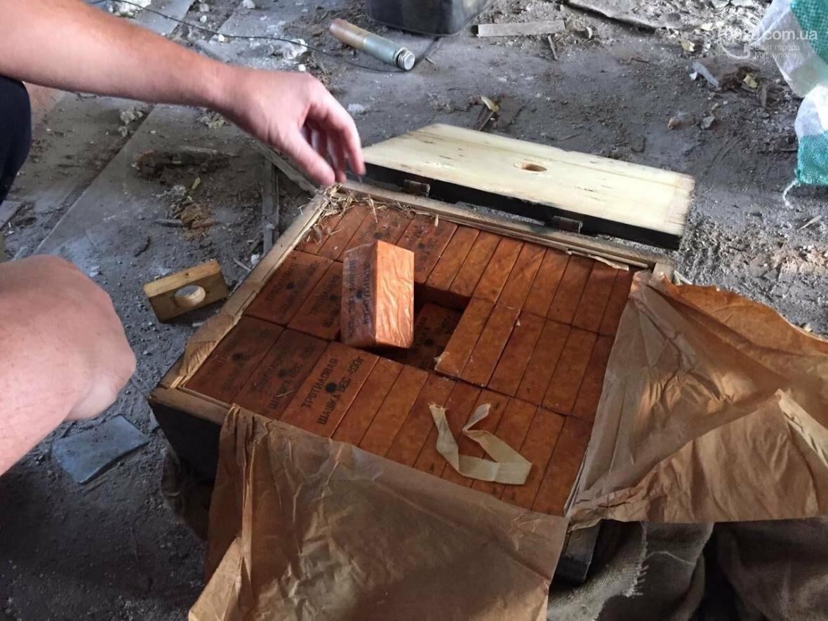 В разрушенной больнице под Мариуполем обнаружен ящик с тротилом и гранатами (ФОТО), фото-5