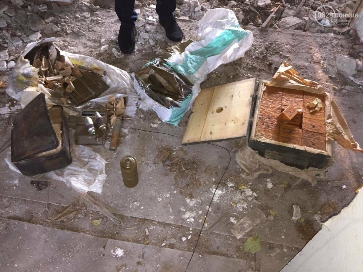 В разрушенной больнице под Мариуполем обнаружен ящик с тротилом и гранатами (ФОТО), фото-7