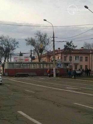 В Мариуполе трамвай протащил легковушку (ФОТОФАКТ), фото-1