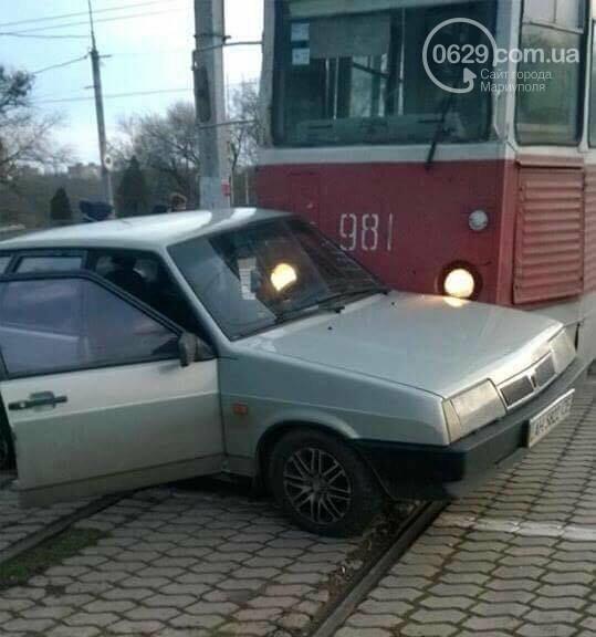 В Мариуполе трамвай протащил легковушку (ФОТОФАКТ), фото-2