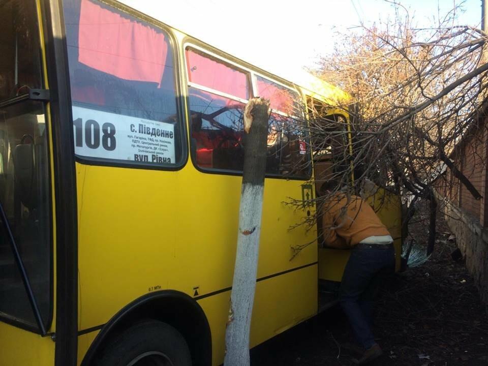 В Мариуполе маршрутка врезалась в дерево. Пострадали около 10 человек (ФОТО, ВИДЕО), фото-1