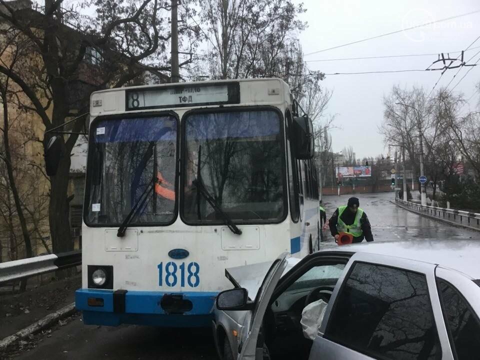 """В Мариуполе """"Лада"""" врезалась в троллейбус. Пострадал ребенок (ФОТО+ВИДЕО), фото-4"""