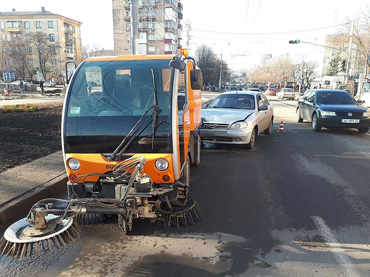 """В Мариуполе """"Дэу"""" протаранил автомобиль для чистки дороги (ФОТО), фото-2"""