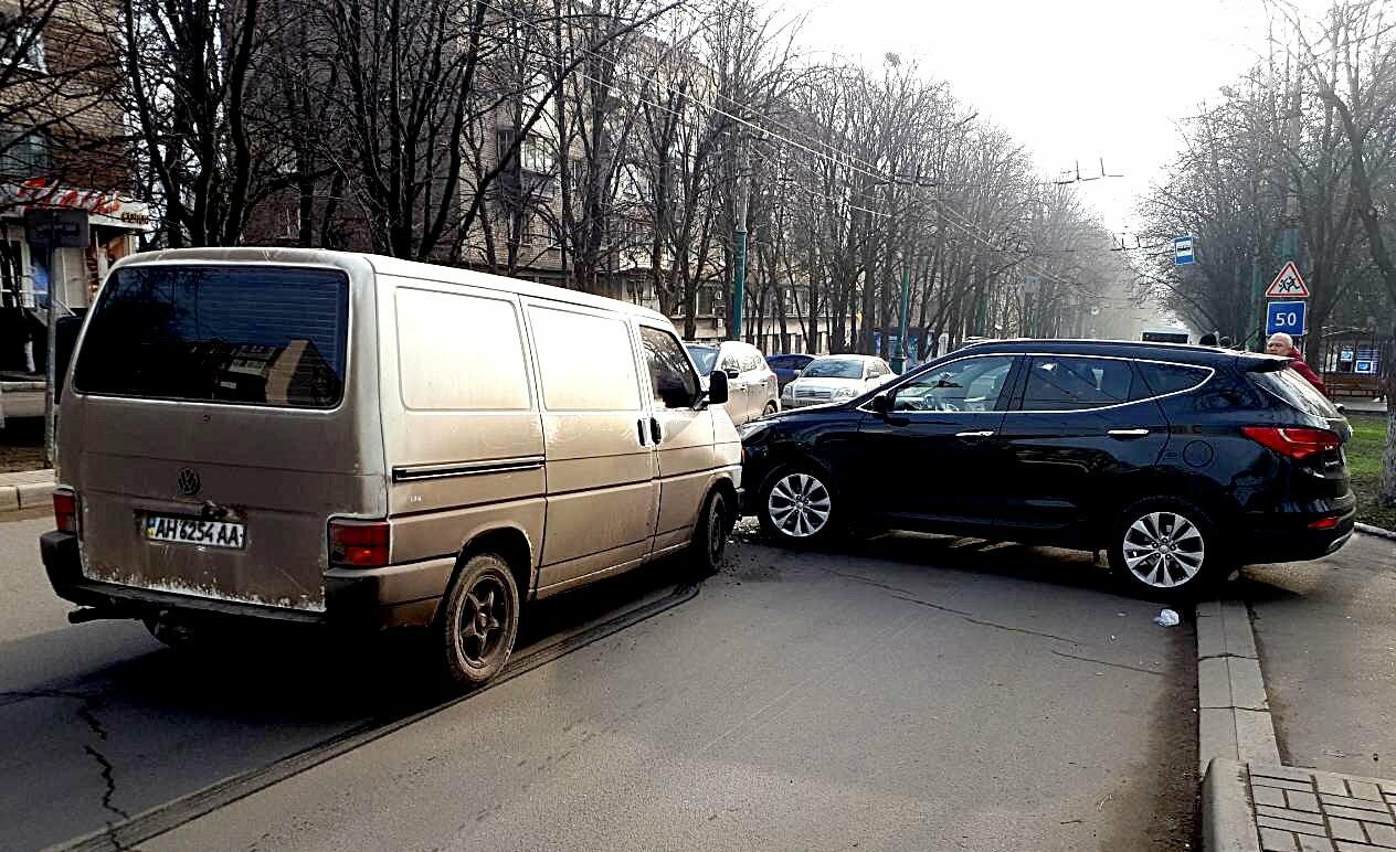 В Мариуполе микроавтобус столкнулся с внедорожником (ФОТО), фото-1