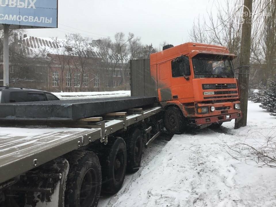 В Мариуполе грузовик с металлом врезался в столб (ФОТО), фото-1