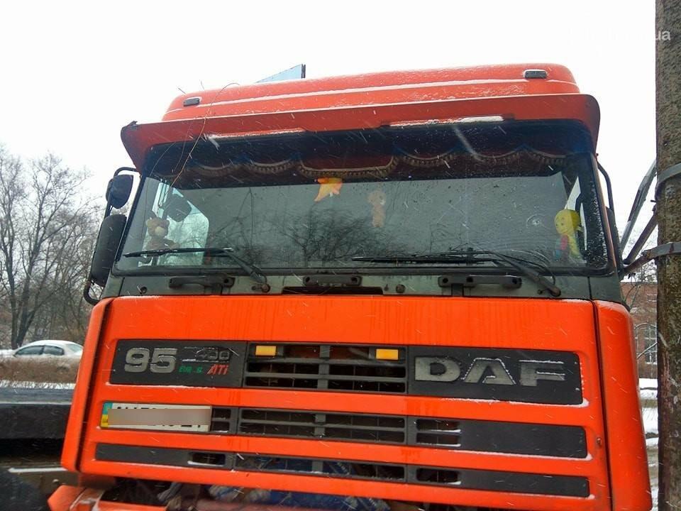 В Мариуполе грузовик с металлом врезался в столб (ФОТО), фото-3