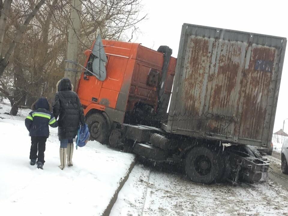 В Мариуполе грузовик с металлом врезался в столб (ФОТО), фото-2