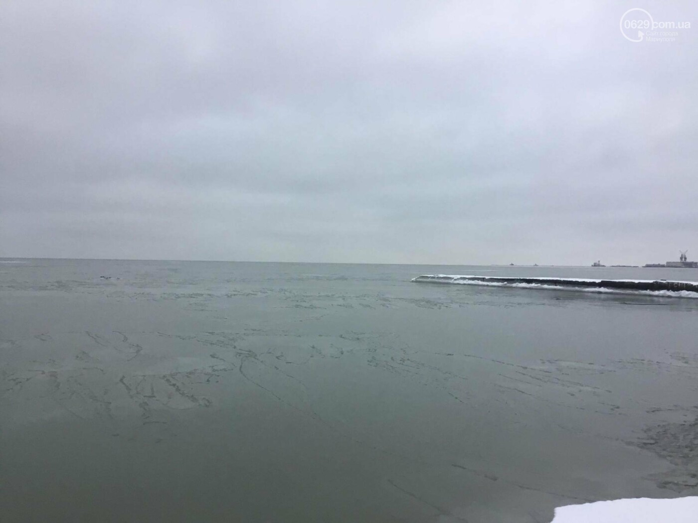В Мариуполе на море появилась ледяная корка (Фотофакт), фото-1