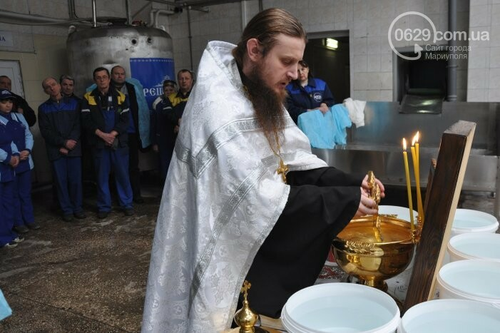 В канун Богоявления на мариупольском заводе питьевых вод освятили Крещенскую воду, фото-10