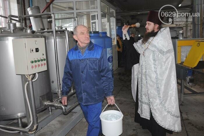 В канун Богоявления на мариупольском заводе питьевых вод освятили Крещенскую воду, фото-18
