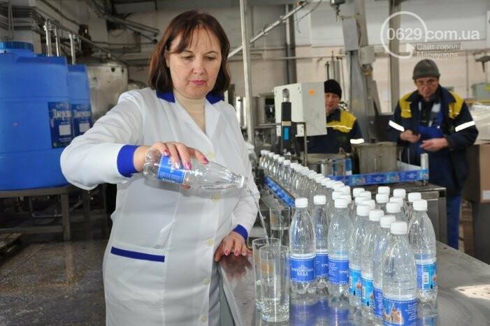 В канун Богоявления на мариупольском заводе питьевых вод освятили Крещенскую воду, фото-26