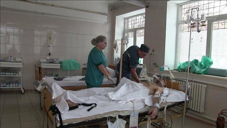 В Мариуполе военные врачи 7 часов спасали жизнь раненого боевика (ФОТО, ВИДЕО), фото-1