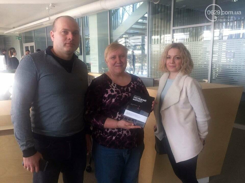 Мариупольцы подарили книгу о событиях 2014 года Украинскому католическому университету, фото-1