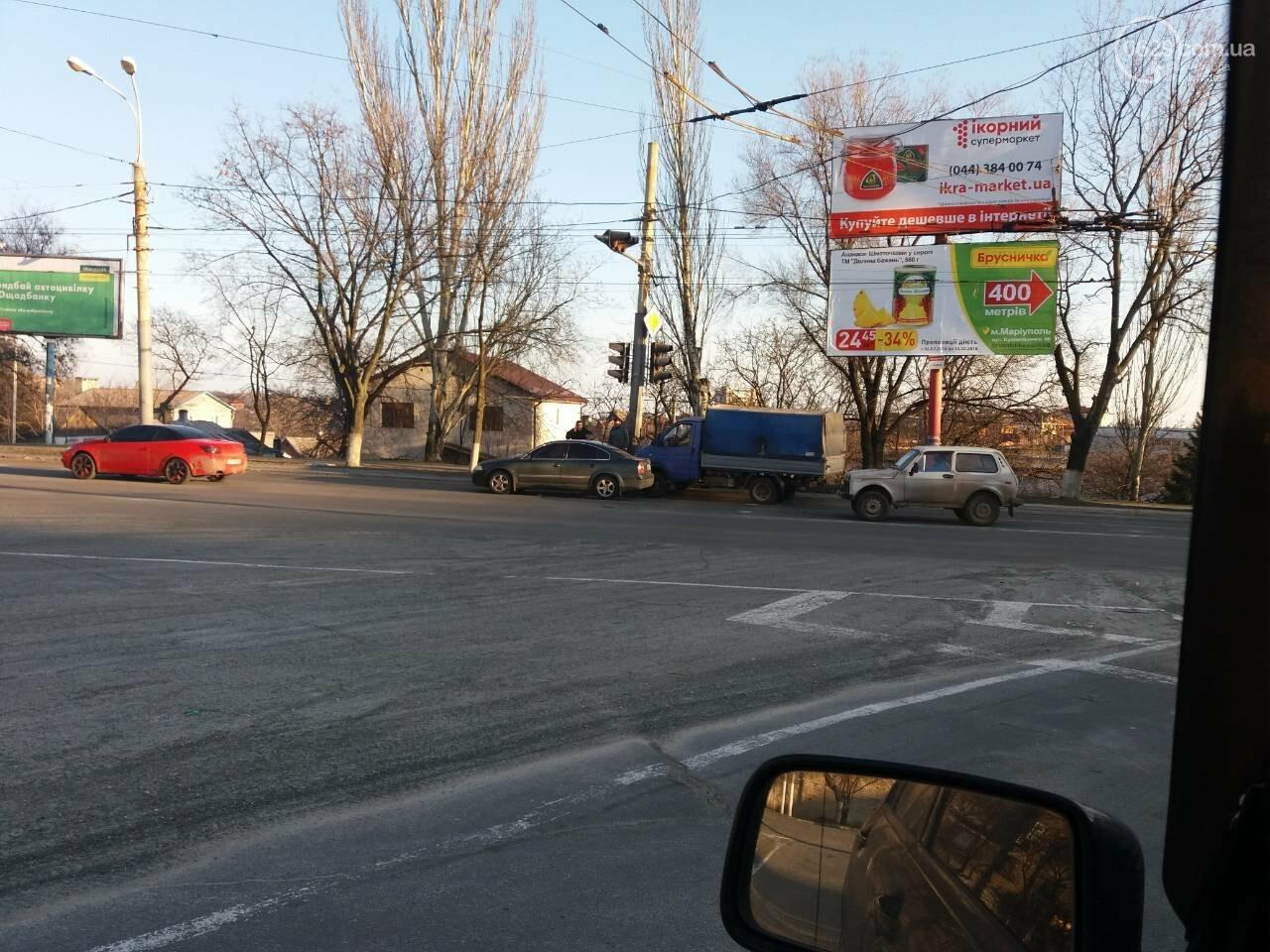 """В Мариуполе на перекрестке столкнулись """"Газель"""" и """"Фольксваген"""" (ФОТО), фото-1"""