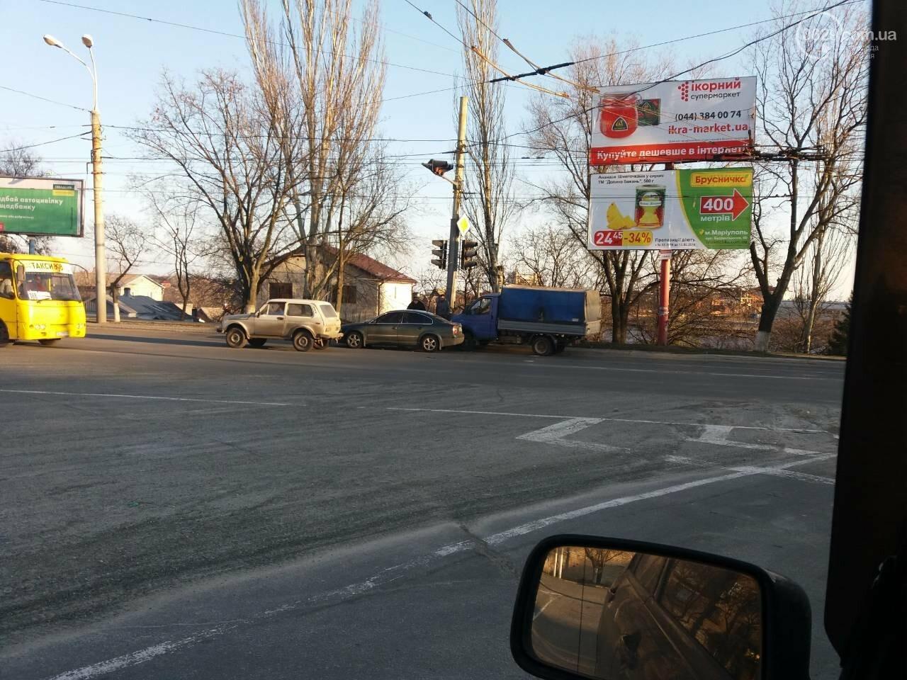 """В Мариуполе на перекрестке столкнулись """"Газель"""" и """"Фольксваген"""" (ФОТО), фото-2"""