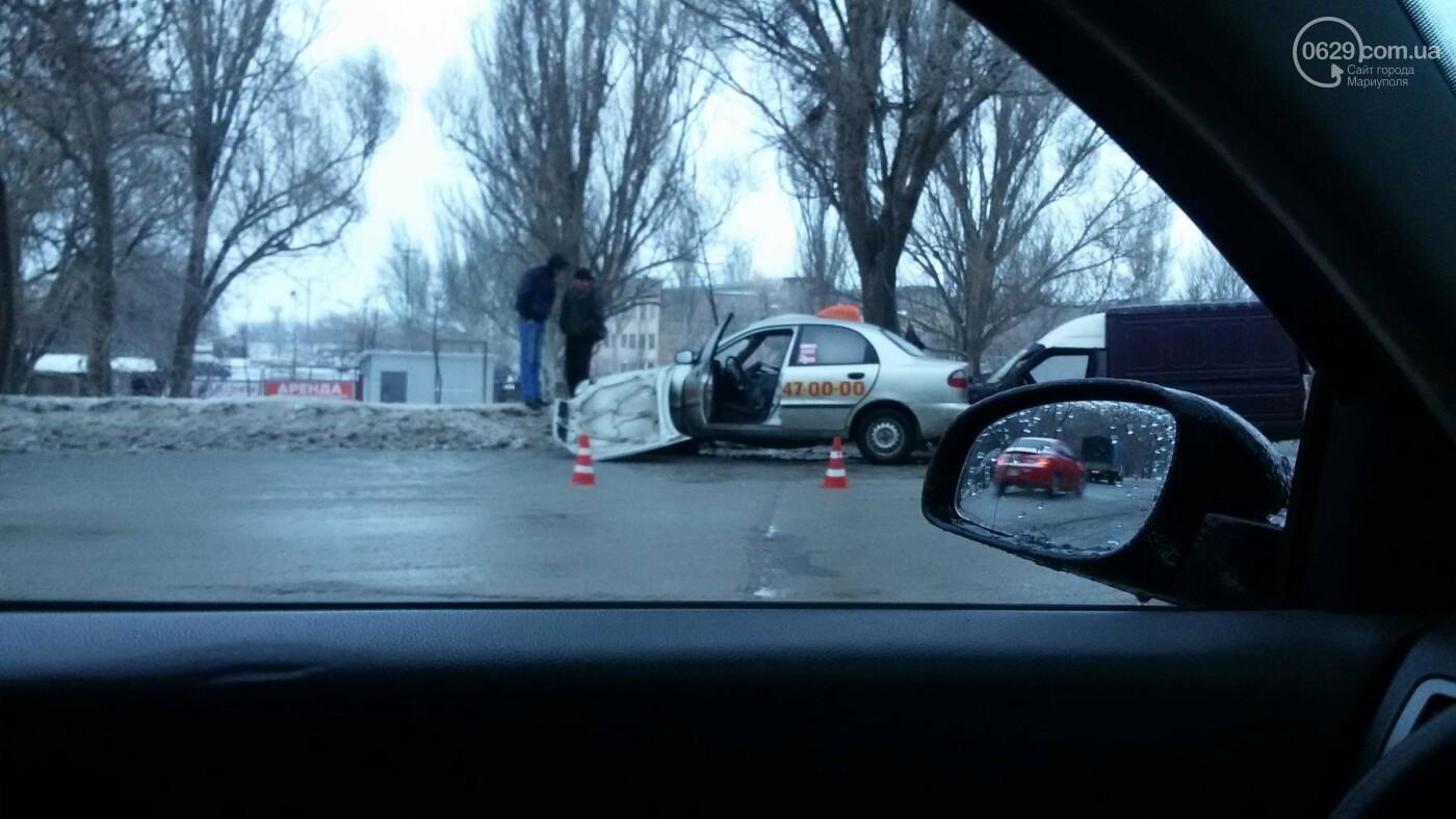 В Мариуполе на перекрестке столкнулись такси и автомобиль службы газа (Фотофакт), фото-1