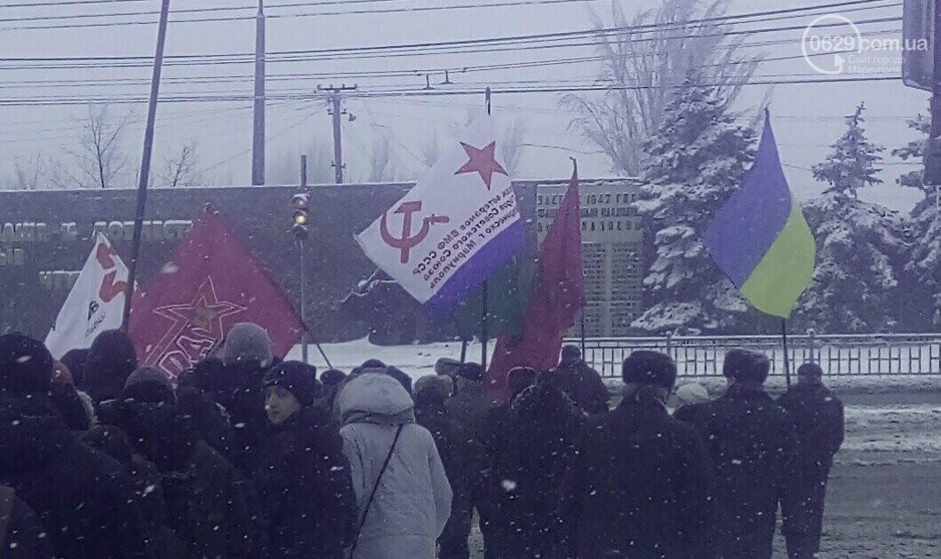 В Мариуполе на митинге памяти погибших заводчан подняли запрещенный коммунистический флаг (ФОТОФАКТ), фото-1