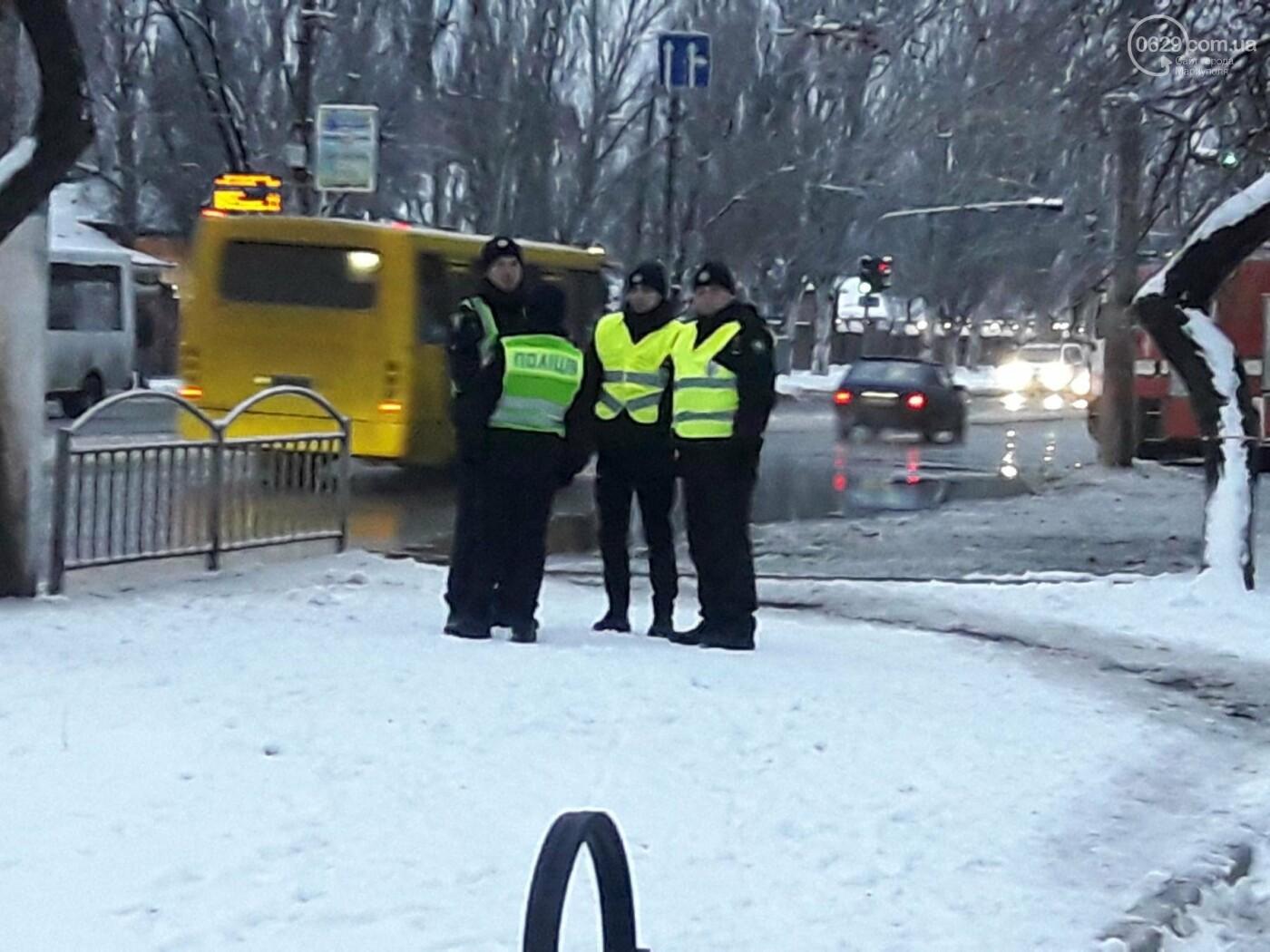 В Мариуполе на площади Кирова обнаружен опасный чемодан. Работают саперы (ФОТО), фото-1