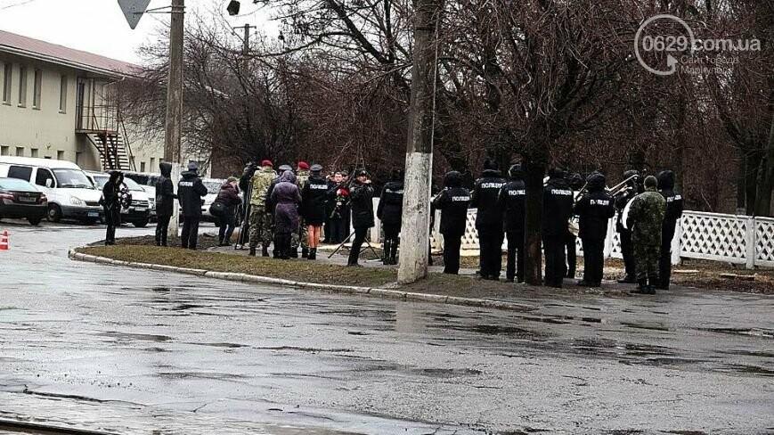 Памятный знак погибшему полицейскому, ТОП-50 известных людей Мариуполя и нападение на активиста Майдана. О чем писал 0629.com.ua 23 февраля, фото-2