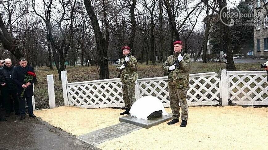 Памятный знак погибшему полицейскому, ТОП-50 известных людей Мариуполя и нападение на активиста Майдана. О чем писал 0629.com.ua 23 февраля, фото-3