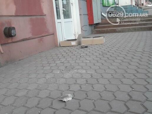 Кирпич на голову! В Мариуполе кусок балкона чуть не упал на голову парню (ФОТО), фото-5