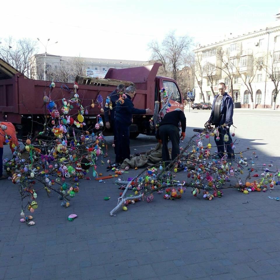 На Театральной площади в Мариуполе безжалостно уничтожили более тысячи пасхальных яйц (ФОТО, ВИДЕО), фото-1