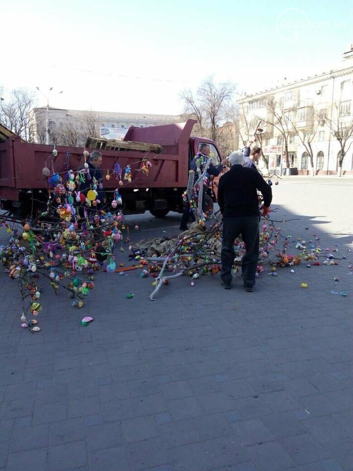На Театральной площади в Мариуполе безжалостно уничтожили более тысячи пасхальных яйц (ФОТО, ВИДЕО), фото-2